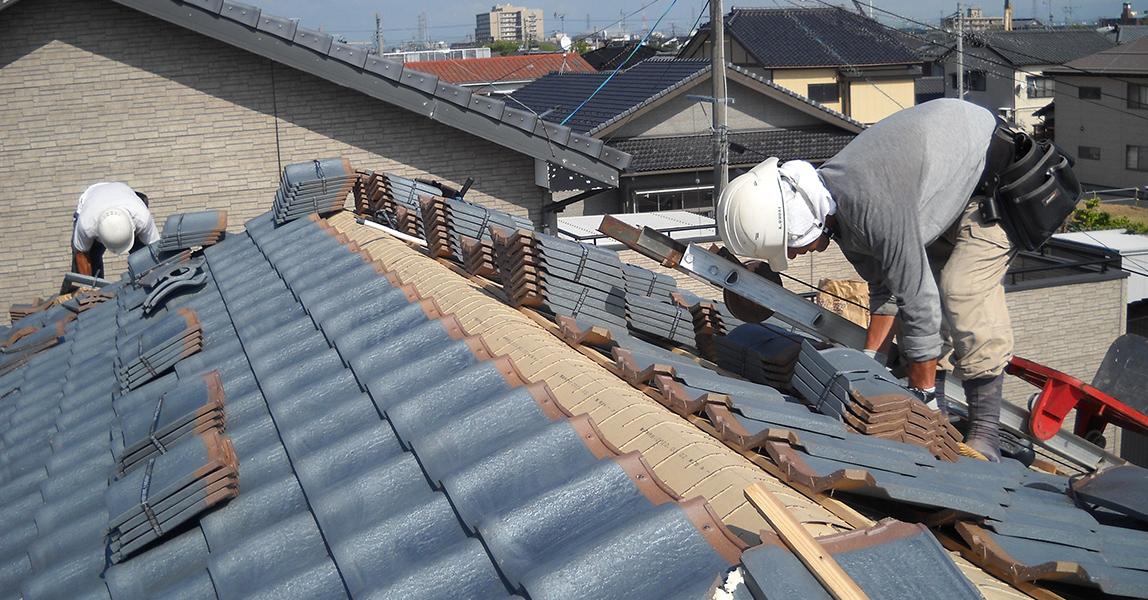 葺き替え工事  古くなって寿命を迎えた屋根材を新しい瓦で一新します。屋根の雰囲気が変わります。