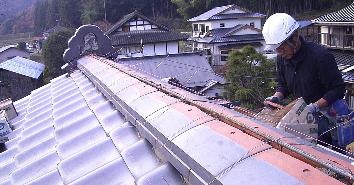 葺き直し 棟の耐震工事  瓦を再利用し、ガイドライン工法で施工し直します。屋根の雰囲気は変わらず、地震に強い屋根へ生まれ変わります。