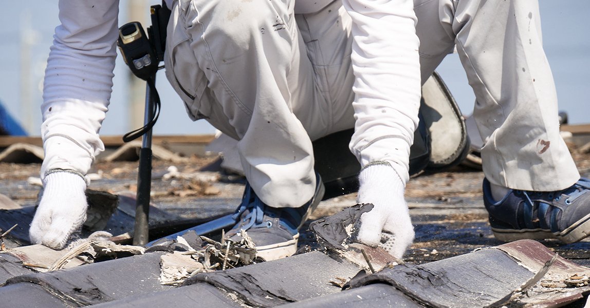 瓦・屋根材の破損修理  瓦は1枚単位で交換が可能です。 破損は発見が早いほど大事に至らずに済みます。